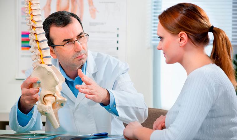 Врач, лечащий болезни позвоночника