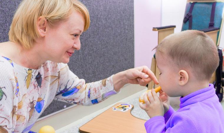 дефектолог и ребенок